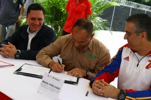 El titular el Minea , Ramón Velásquez Araguayán, durante el momento de la firma. (Foto Harrison Ruíz)