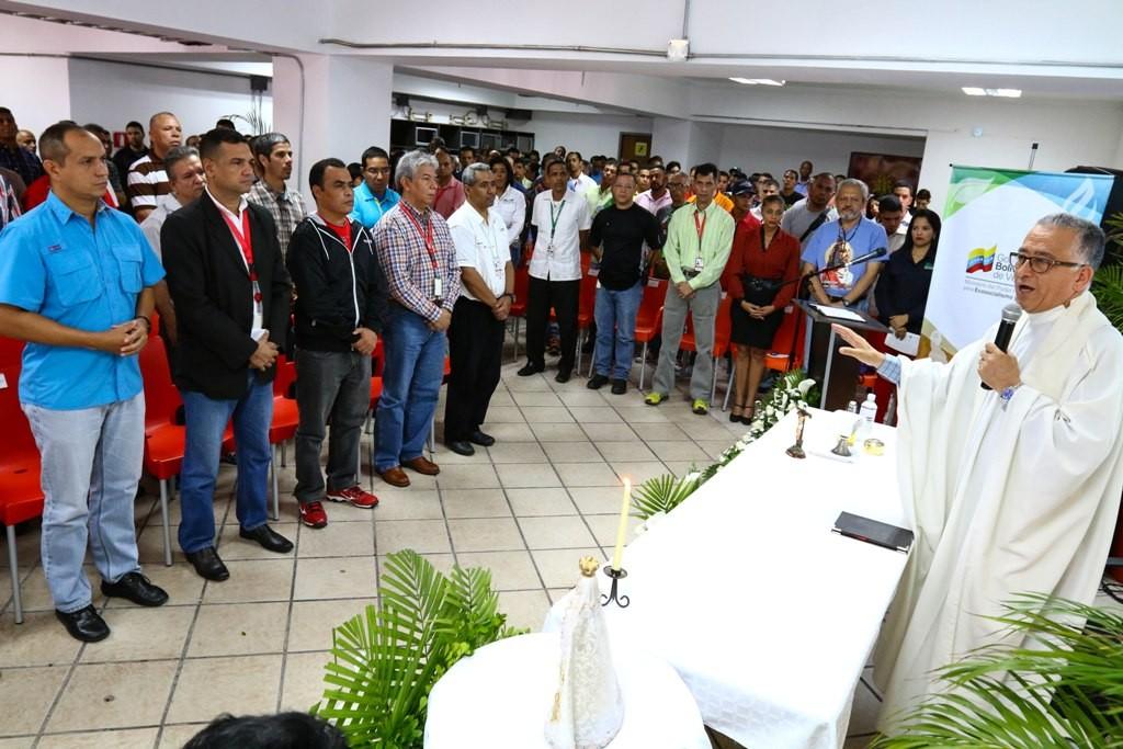 El Padre Numa Molina ofició una misa en las instalaciones del Minea. (Foto / Harrison Ruíz)