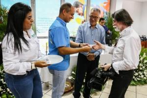 El camarógrafo Luis Pérez recibió un reconocimiento por parte del ministro Velásquez Araguayán. (Foto / Harrinson Ruíz)