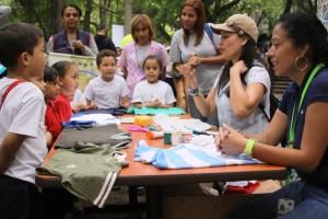 Los asistentes aprendieron a elaborar bolsas ecológicas de franelas viejas. (Foto / Pedro Delgado)