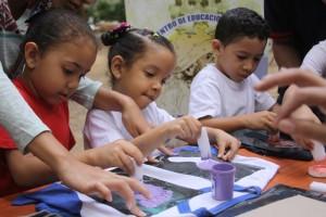 Los escolares disdrutaron al pintar franelas. (Foto / Pedro Delgado)