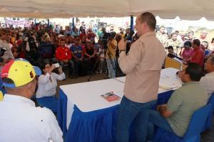 El titular del Minea, Ramón Velásquez Araguayán, sostuvo un encuentro con los habitantes del urbanismo. (Foto / Víctor Gutiérrez)
