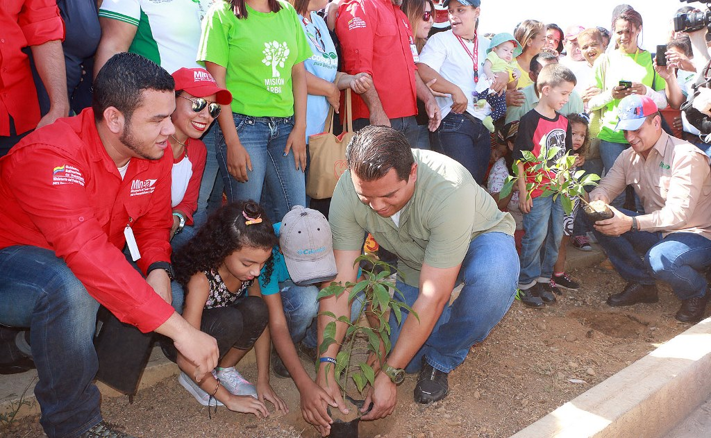 El ministro Ramón Velásquez Araguayán y el gobernador de Falcón, Víctor Clark, participaron en la plantación. (Foto / Víctor Gutiérrez)